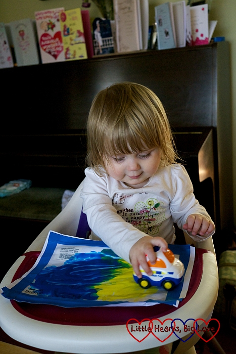 Ziplock bag painting - a quick and easy mess-free alternative to painting with toddlers - Little Hearts, Big Love