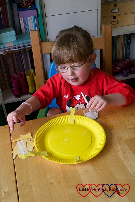 Making a paper plate sun - Up in the sky: themed crafts for toddlers and preschoolers - Little Hearts, Big Love