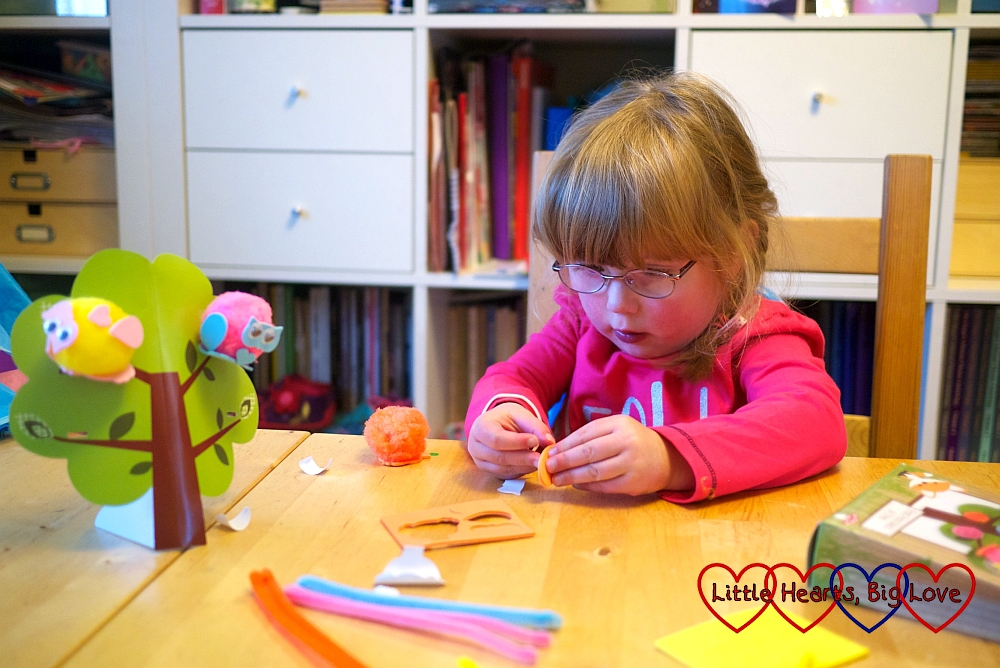 Making pom-pom owls - The Friday Focus 18/09/15 - Little Hearts, Big Love