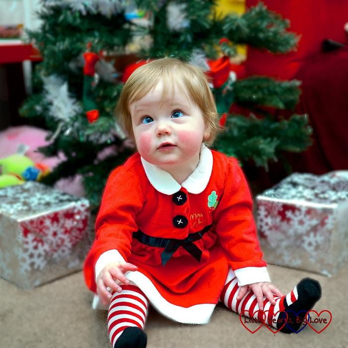 Santa in front of the tree - Creative ideas for festive photos with little children - Little Hearts, Big Love