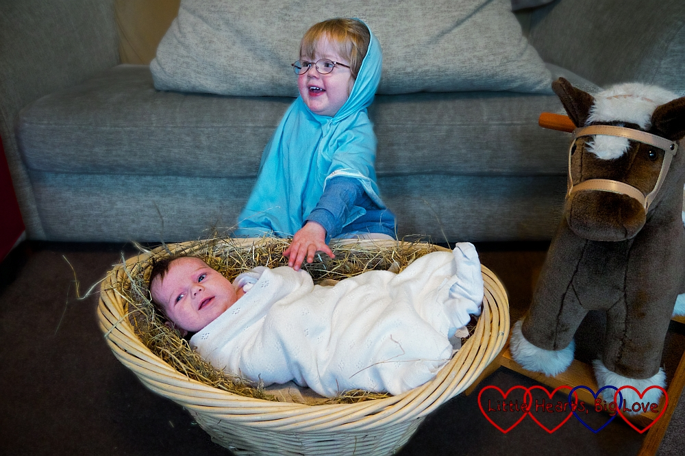 The Nativity - Creative ideas for festive photos with little children - Little Hearts, Big Love