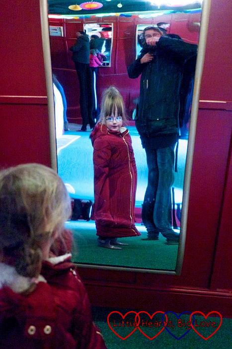 Jessica seeing herself stretched in one of the mirrors in the Hall of Mirrors